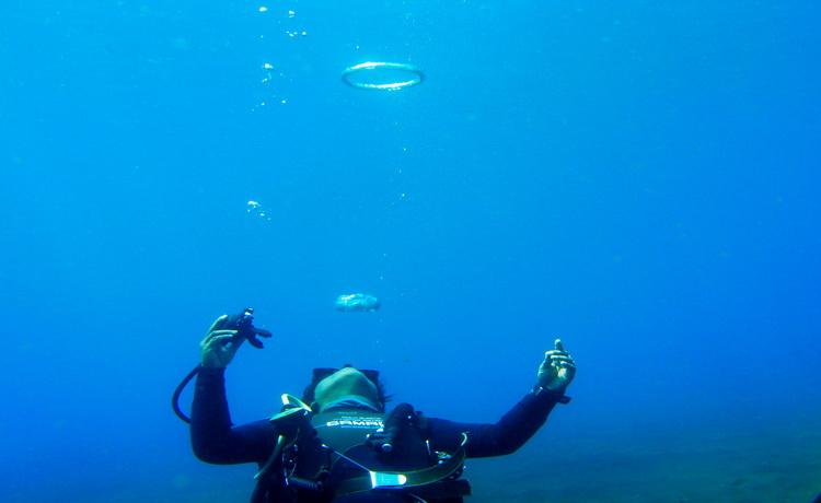 diver makes bubbles