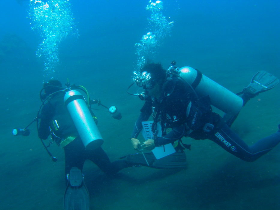 scuba divers at dive course