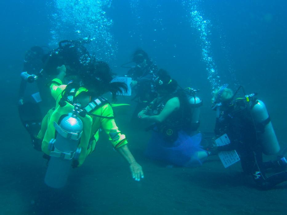 divers training during scuba dive course